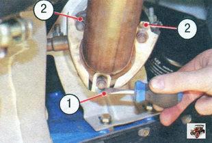 1 - усик стопорной пластины; 2 - стопорные усики термоэкрана катализатора Лада Калина ВАЗ 1118