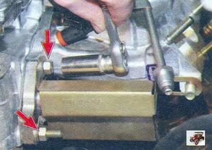 задние гайки крепления впускной трубы и катализатора к головке блока Лада Калина ВАЗ 1118