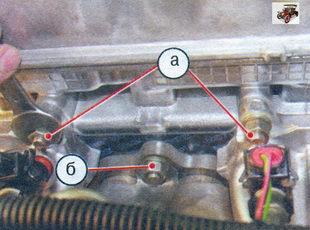а - гайки крепления впускной трубы; б - гайка крепления катализатора