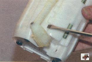 сливная трубка на корпусе модуля топливного насоса Лада Калина ВАЗ 1118