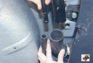 воздухоотводящая трубка и наливная труба горловины бензобака Лада Калина ВАЗ 1118