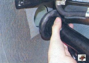 верхний конец наливной трубы горловины бензобака вместе с уплотнителем