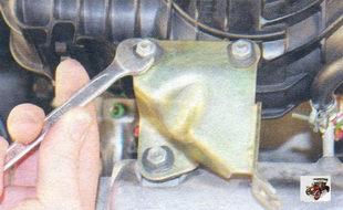 гайки крепления кронштейна оболочки троса привода дроссельной заслонки к модулю впуска и впускной трубе Лада Калина ВАЗ 1118