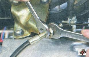 гайки крепления оболочки троса привода дроссельной заслонки к кронштейну