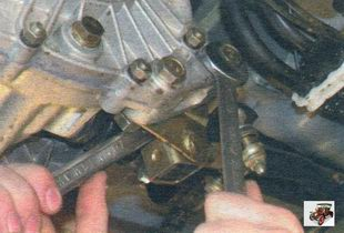 гайки двух болтов крепления кронштейна реактивной тяги к коробке передач Лада Калина ВАЗ 1118