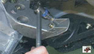 болты крепления подушки левой опоры силового агрегата к кронштейну опоры