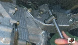гайки крепления кронштейна к коробке передач