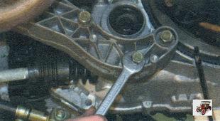 болты крепления кронштейна задней опоры силового агрегата к коробке передач Лада Калина ВАЗ 1118