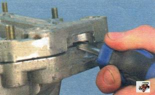 отделите картер коробки передач от картера сцепления