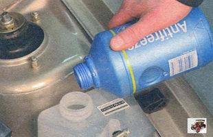 долвика охлаждающей жидкости в расширительный бачок Лада Калина ВАЗ 1118