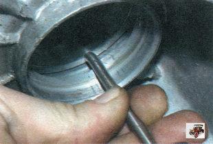 выпрессуйте наружные кольца картеров коробки передач и сцепления