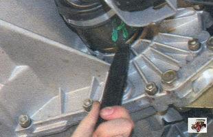 выпрессуйте хвостовик внутреннего шарнира из шестерни полуоси дифференциала Лада Калина ВАЗ 1118