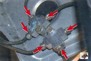 места проверки течи тормозной жидкости в соединениях тормозных трубок с тройниками
