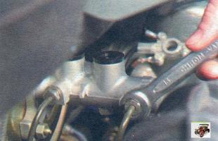 гайки крепления тормозных трубок к главному тормозному цилиндру Лада Калина ВАЗ 1118