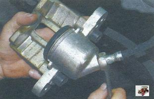 отверните тормозной суппорт от наконечника тормозного шланга Лада Калина ВАЗ 1118