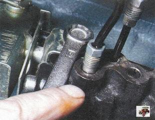 передний болт крепления регулятора давления к кронштейну
