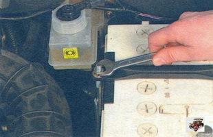 Снятие и установка аккумулятора Лада Калина ВАЗ 1118