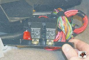 кронштейн в сборе с реле и предохранителем электровентилятора системы охлаждения двигателя