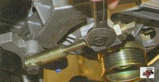 болт верхнего крепления натяжителя ремня генератора Лада Калина ВАЗ 1118