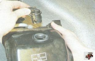 извлеките из отверстия сепаратора гравитационный клапан