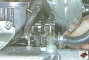 отсоедините шланг клапана продувки адсорбера от штуцера на модуле впуска