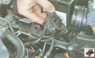 снимите клапан продувки адсорбера