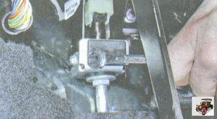 гайка крепления упора оболочки троса сцепления к кронштейну педалей