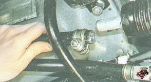 отсоедините тягу управления коробкой передач от шарнира штока переключения передач