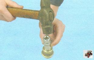 выпрессуйте сальник из обоймы штока переключения передач