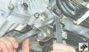 гайки болтов крепления кронштейна реактивной тяги к коробке передач