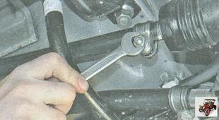 гайки стяжного болта хомута крепления реактивной тяги управления коробкой передач