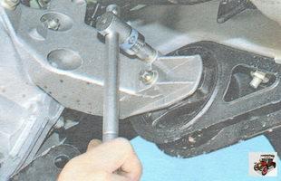 болты крепления подушки левой опоры двигателя к кронштейну опоры
