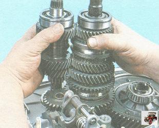 установка первичного и вторичного валов коробки передач