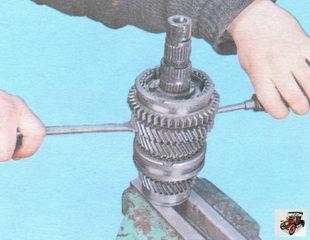 спрессуйте со шлицев вторичного вала синхронизатор I и II передач