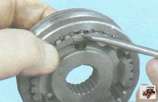 протолкните сухарь так, чтобы шарик попал в проточки на шлицах муфты синхронизатора