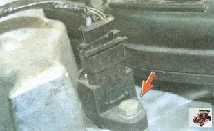 болт крепления катушки зажигания на двигателе