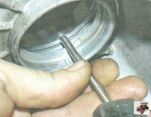 выпрессуйте наружные кольца из картеров коробки передач и сцепления