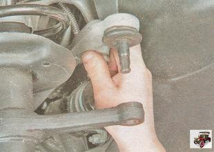 отсоедините рулевую тягу от поворотного рычага стойки амортизатора