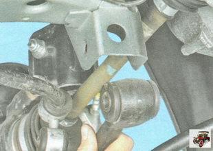 выведите рычаг передней подвески из кронштейна на кузове