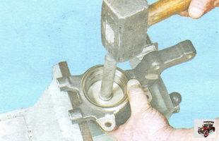 выпрессуйте подшипник ступицы из поворотного кулака