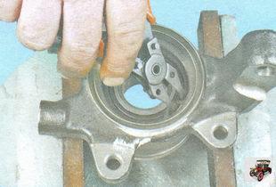 установите внутреннее стопорное кольцо в поворотный кулак