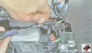 фиксатор разъема антенного блока иммобилайзера Лада Гранта ВАЗ 2190