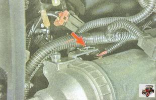 держатель жгута проводов кронштейна на усилителе рулевого управления