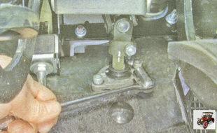 стяжной болт клеммового соединения промежуточного вала с валом рулевого механизма