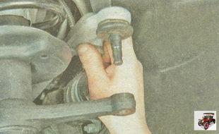 отсоедините наконечник рулевой тяги от поворотного рычага стойки амортизатора