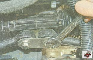 отсоедините рулевые тяги от рулевого механизма