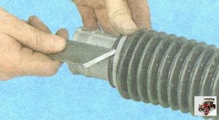 пластмассовый хомут, крепящий пыльник рулевого механизма к картеру рулевого механизма