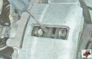 проверьте легкость перемещения тормозных колодок в тормозном суппорте