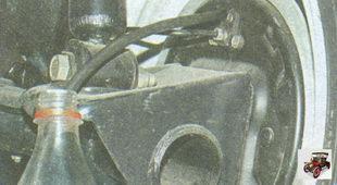 штуцер прокачки правого заднего тормозного механизма