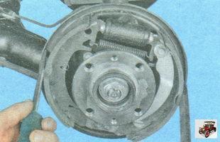 сведите тормозные колодки двумя монтажными лопатками